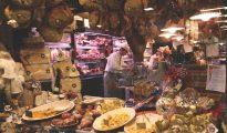 Bologna. L'antica zona del Mercato di Mezzo (Mercato Vecchio, Quadrilatero). Vie Pescherie Vecchie. Negozio di salumeria e prodotti tipici enogastronomici.