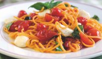 Tomato-flavoured spaghetti with tomato and mozzarella sauce